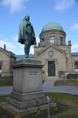 Foran observatoriet blev der i 1876 opstillet en statue afTycho Brahe.