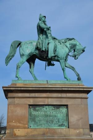 På slotspladsen står en rytterstatue af Frederik den 7. som var konge da grundloven blev vedtaget i 1849. Statuen er udført af H. V. Bissen.