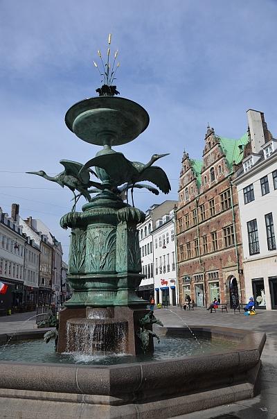 På torvet stårStorkespringvandetfra 1894. Det er skænket af Foreningen til Hovedstadens Forskønnelse, og måske er navnet misvisende, fordi fuglene slet ikke er storke, men hejrer.