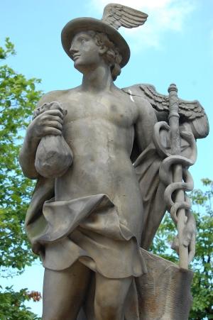 Ved rampen ud mod Christiansborg Slot, står to statuer af hhv. Merkur og Neptun.