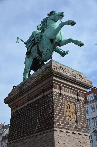 På Højbro Plads står en rytterstatue af biskop Absalon, udført af Wilhelm Bissen. Opstillet 1902. Monumentet er skænket af bankdirektør Axel Heide.