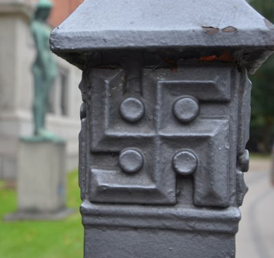 Flere steder er Glyptoteket udsmykket med et hagekors. Det er dog ikke udtryk for nazistiske sympatier, men skyldes at det var museets grundlægger, brygger Jacobsens, varemærke.