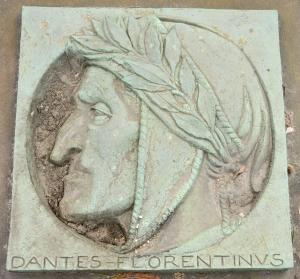 Bronzerelief af Dante udført af den italienske kunstner S. L. Andreotti. Relieffet ses ved siden af søjlen ved Dantes Plads.