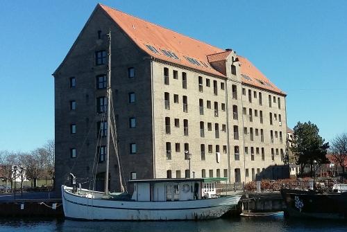 I dag er bevaret nogle en enkelt bygning fra datiden på pladsen, nemlig Islandske Handels pakhus.