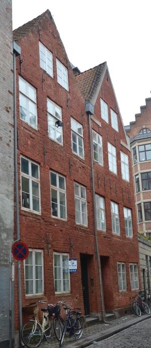 I Magstræde 17-19 ligger nogle af de få huse i København, som er bevaret fra Christian den 4.'s tid. De er bygget ca. 1640. På facaden er sandstensbånd og buestik over vinduer tegn på datidens byggeskik.