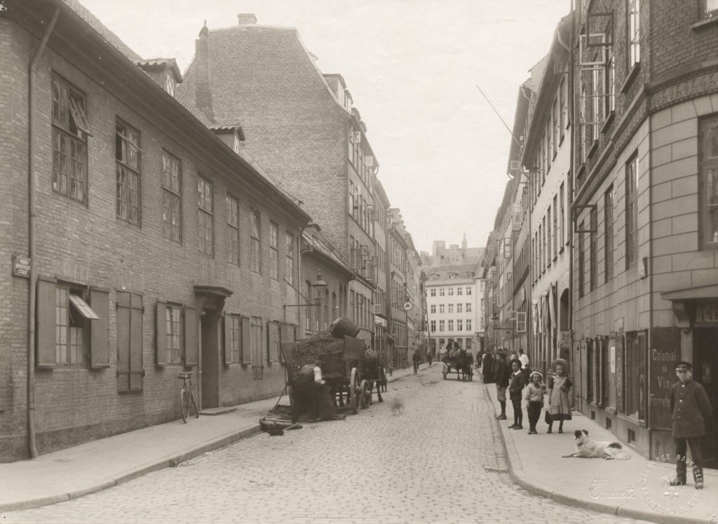 Peder Hvitfeldts Stræde - Foto af Johannes Hauerslev 1910-1920 (original i Københavns Museum)