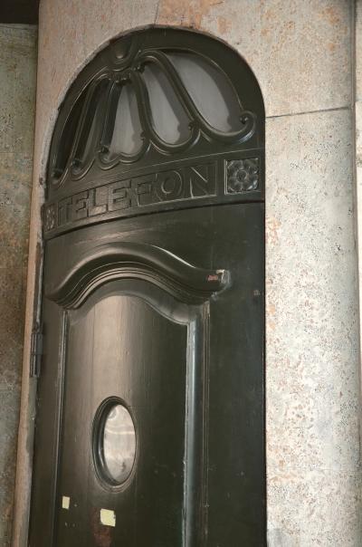 I passagen ud mod Bredgade findes Københavns første telefonboks. Den var beregnet for beboerne, og stammer fra en tid, hvor telefoner ikke var ret udbredte.