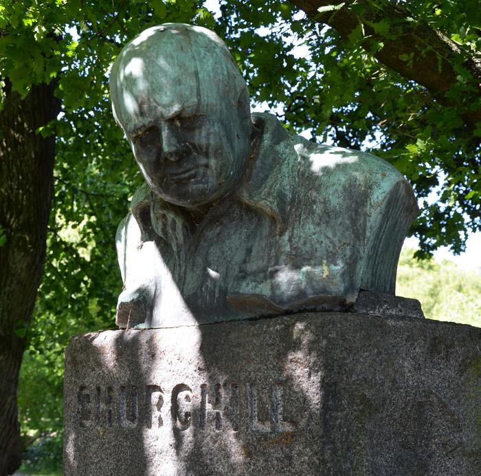 I Churchillparken står Oscar Nemons statue af Winston Churchill, der blev opstillet i 1955.