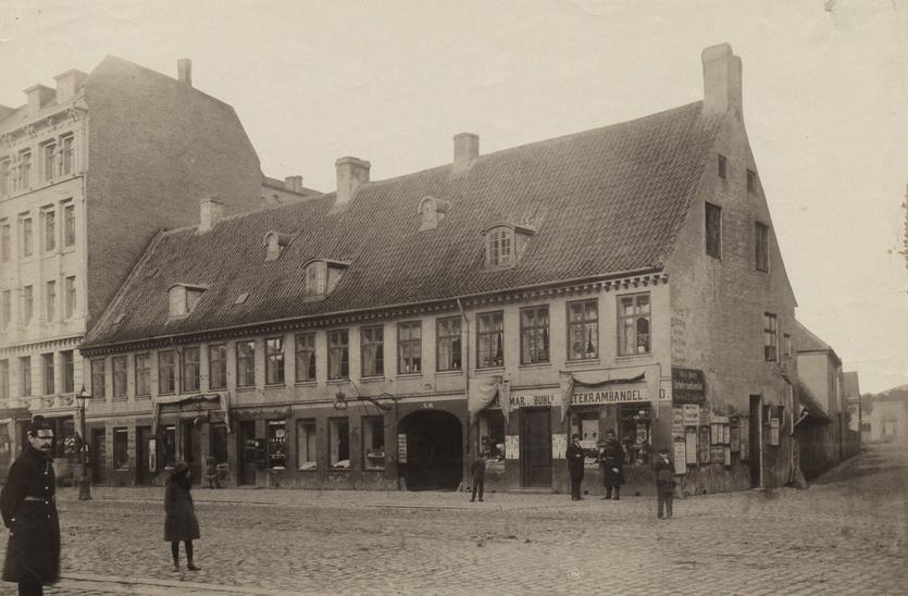Bagergården Vesterbrogade 50. Bagerstræde ses til højre. Foto ca. 1880 (Københavns Museum)