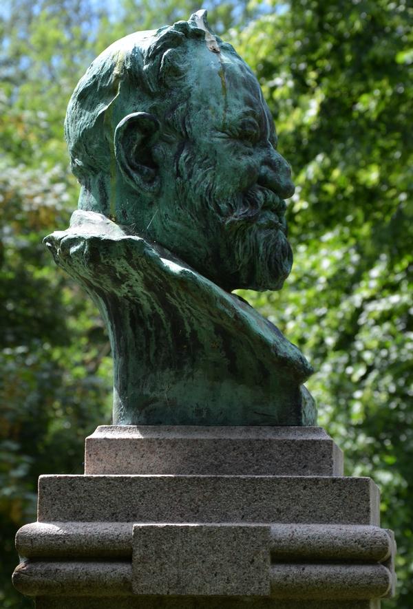 I Østre Anlægs nordvestlige del står P. S. Krøyers buste af forfatteren Sophus Schandorph (1836-1901). Den er opstillet i 1904.
