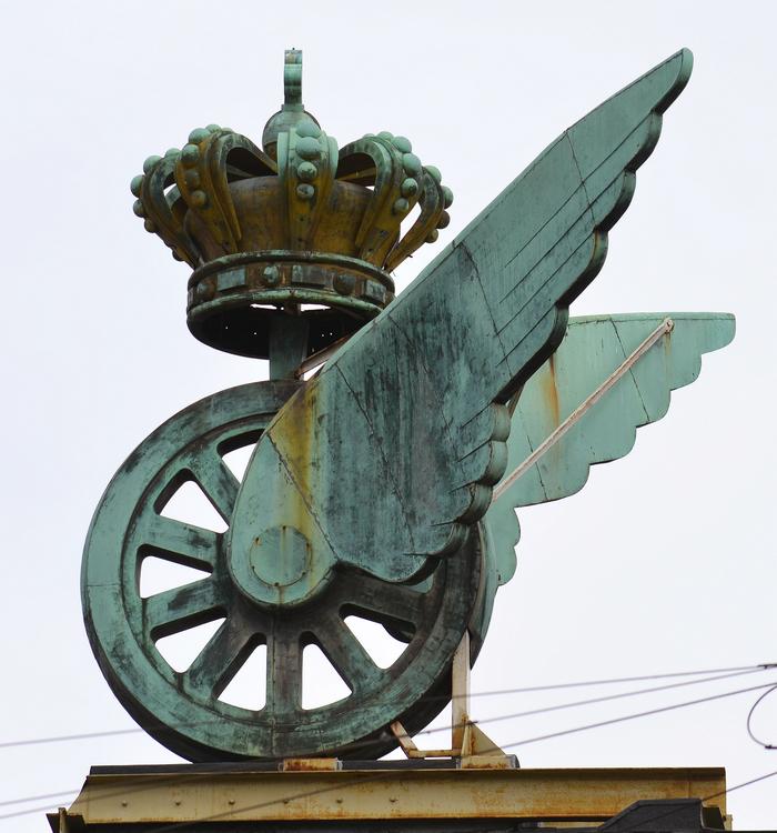 På toppen af Hotel Astoria sidder et hjul med vinger. Det var De Danske Statsbaners symbol og viser sammenhængen med Københavns Hovedbanegård ved siden af.