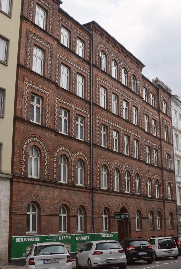 Hotellet i Colbjørnsensgade 3 er tegnet af arkitekten Johannes Emil Gnudtzmann (1837-1922) og opført i 1880.