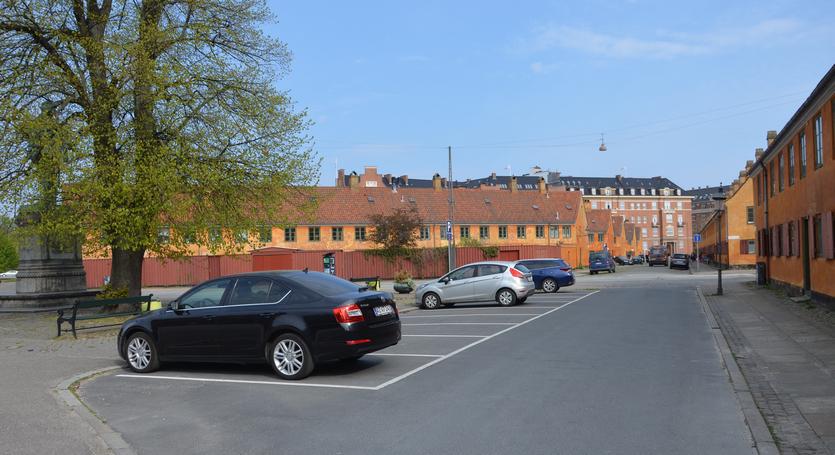 Hvor Krokodillegade møder Øster Voldgade ligger en lille, trekantet plads. Her sluttede Adelgade, der i bydelen barndom gik på skrå gennem Nyboder.