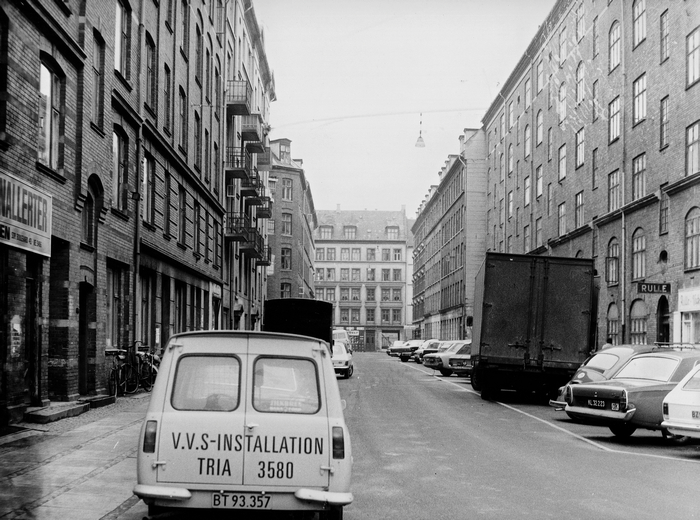 Revalsgade set mod Estlandsgade kort tid før husene i gaden blev revet ned. Foto Mogens Falk-Sørensen, Stadsarkivets fotografiske Atelier (Københavns Stadsarkiv)