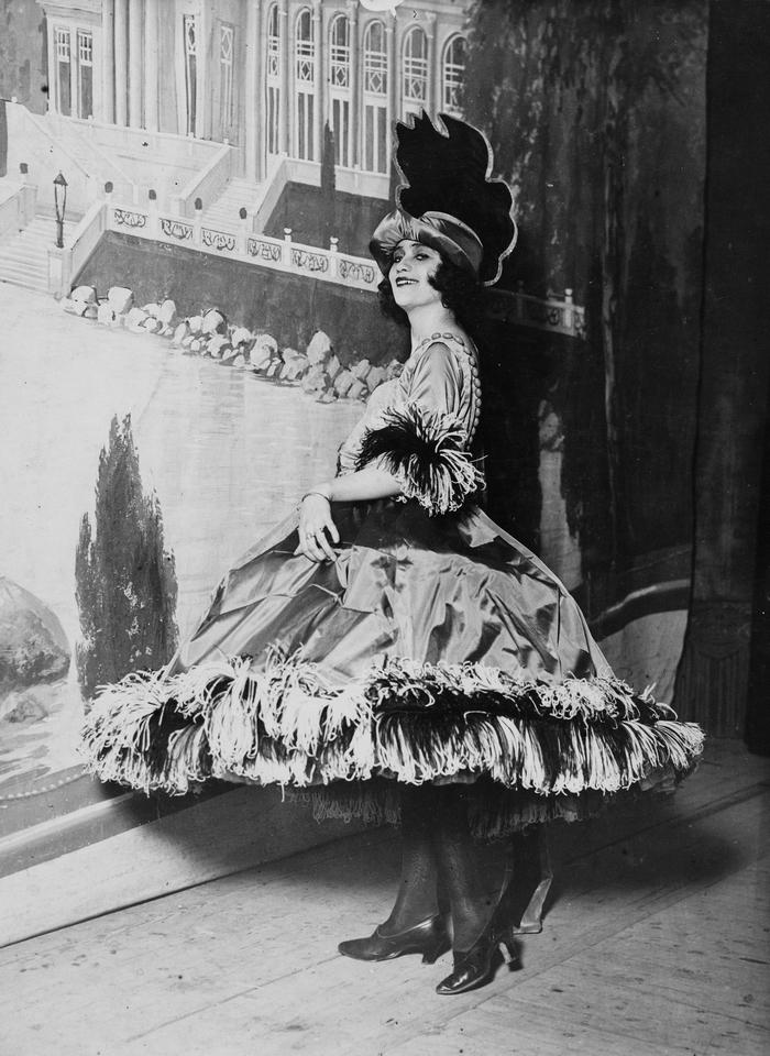 """Liva Weel i forestillingen """"Hallo Amerika"""" på Scala-teatret. Ukendt fotograf. 1920 (Det Kgl. Bibliotek)."""